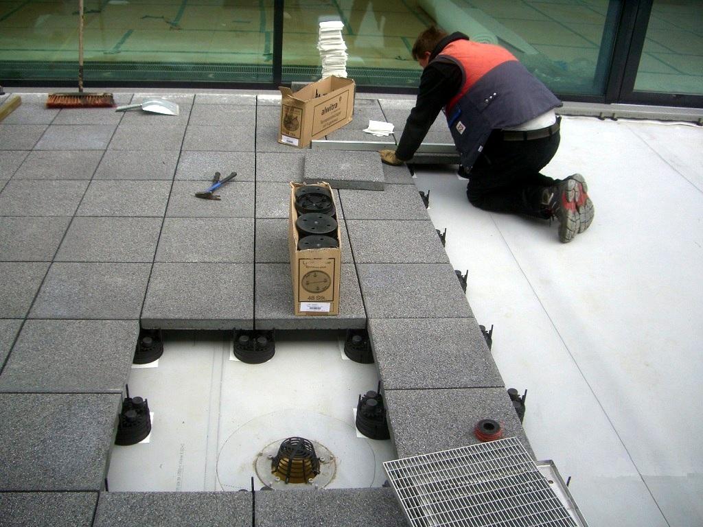 Meisterdach online Terrassenplatten Werkstein auf Stelzlager