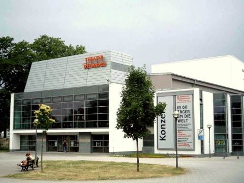 Meisterdach online Theater Bautzen Fassadenverkleidung Rheinzink Stulpenpaneel