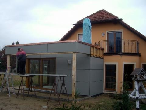 Meisterdach online Faserzementplatten an einem Wohnhausanbau